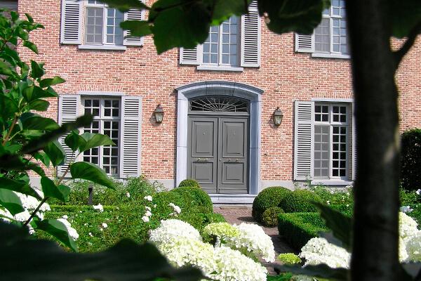 Houten ramen en deuren bij een statige woning