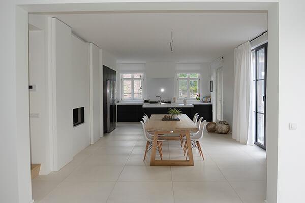 Een strakke keukenwand gaat volledig op in de leefruimte