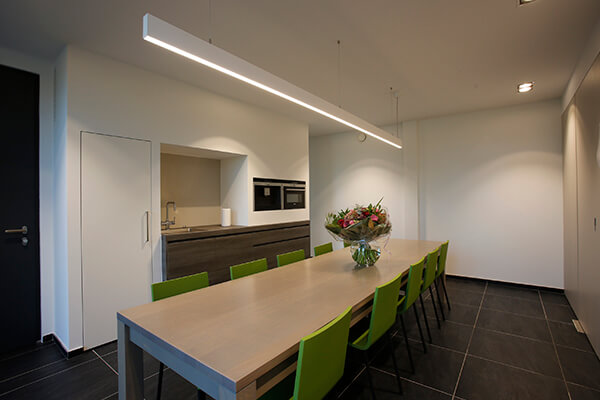 Een op maat ontworpen keuken in een kantooromgeving
