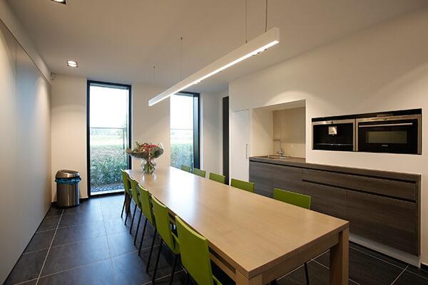 Een mooi ingerichte, praktische keuken in kantooromgeving