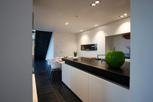 Keuken Moderne Zwart : Een moderne keuken badend in het wit met contrastrend zwart dik