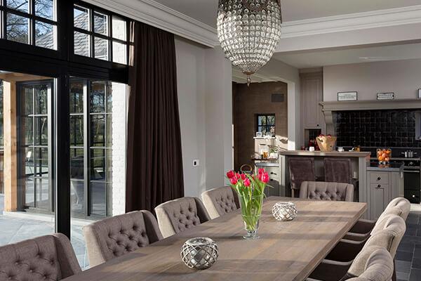 Totale herinrichting van een klassieke leefruimte met tijdloze keuken