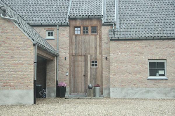 Houten voordeur in combinatie met houten raamprofielen