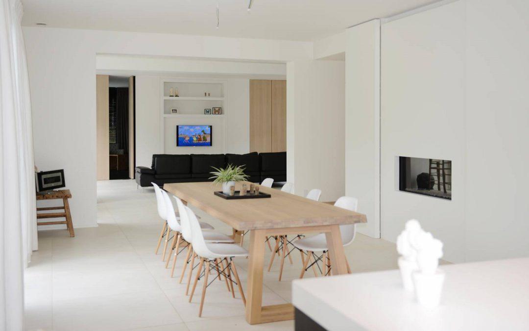Sfeervolle houten accenten in een witte leefruimte