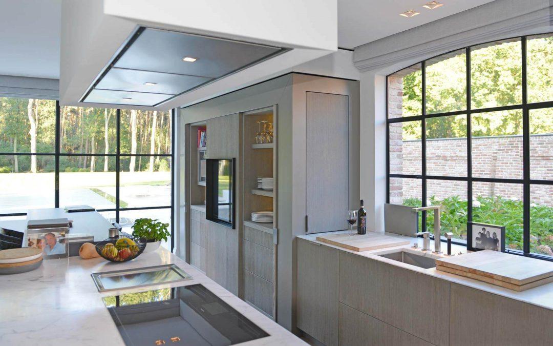 Keuken Aan Tuin : Een tijdloze keuken met groot keukeneiland met zicht op de tuin baens
