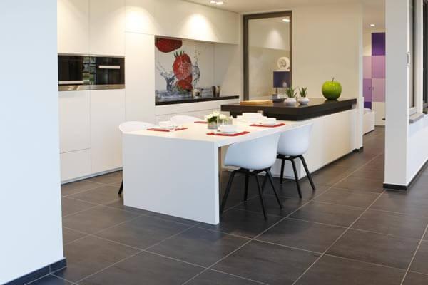 Een op maat ontworpen keuken met middenblok en kleurrijke spatwand