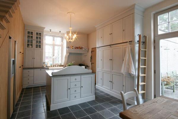 Keuken Landelijke Stijl : Een keuken in landelijke stijl met kleine kastdeuren baens