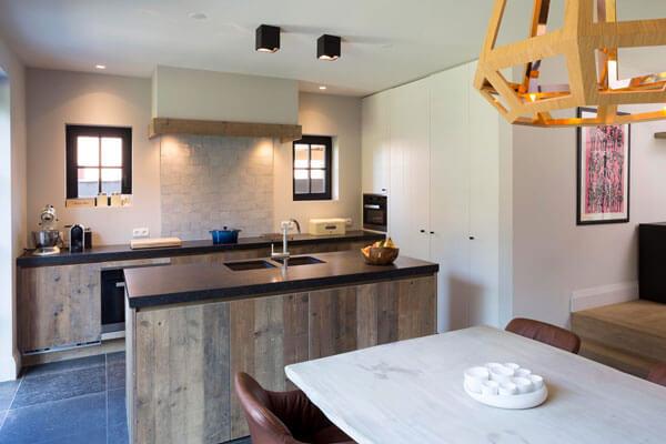 Keuken Landelijk Kookeiland : Een houten kookeiland in een landelijke keuken baens
