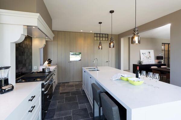 Een landelijke keuken met houten accent badend in het wit